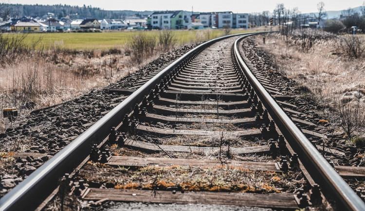 Muž u železnice neodborně kácel strom, který spadl na projíždějící vlak
