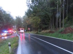 Neosvětleného cyklistu srazil autobus. Při převozu do nemocnice zemřel