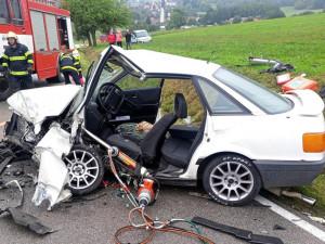 Po střetu auta s kamionem museli hasiči jednoho člověka vyprošťovat