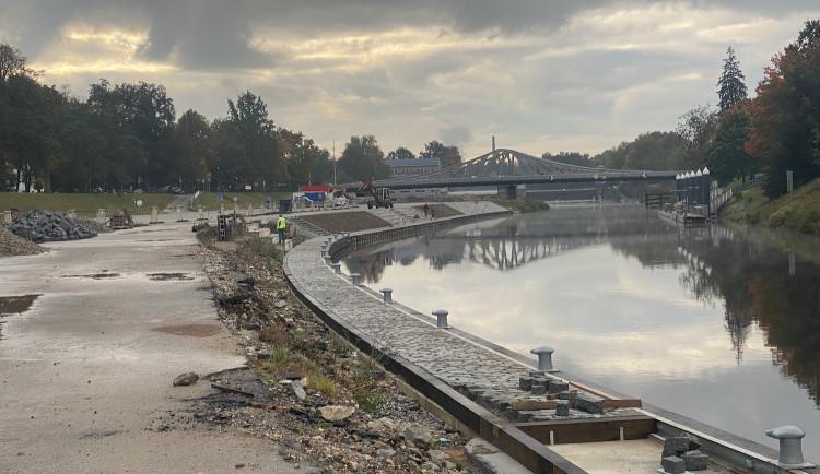 Stavba přístavní hrany finišuje. Hotovo má být na konci listopadu