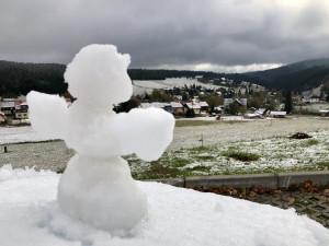 Kvilda hlásí první sníh. Ráno mráz zaskočil řidiče, který zajel do stoky