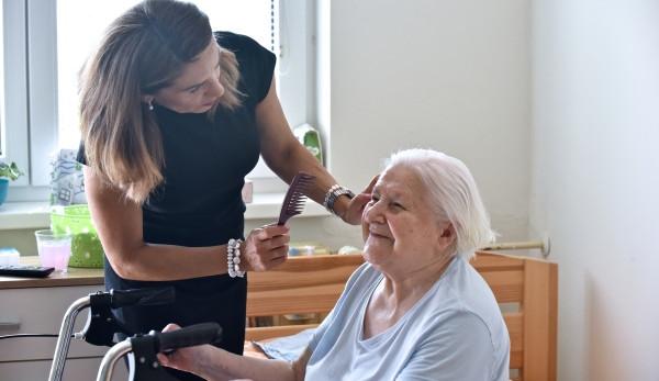 Lidé by měli mít možnost prožít důstojný život v domácím prostředí, říkají pracovníci pečovatelské služby Alice
