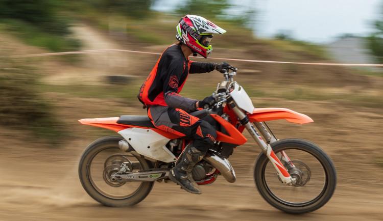 Při motokrosovém tréninku vlétla motorka mezi diváky. Zranila dva lidi
