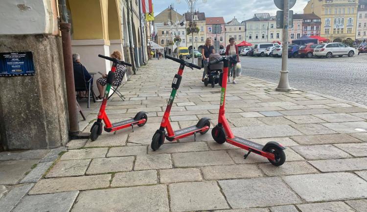 Parkovací zóny a maximální rychlost? Radní řešili podmíky pro využívání elektrokoloběžek