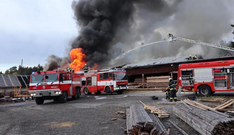 Hasiči likvidovali několik hodin požár truhlárny. Škoda je pět milionů korun