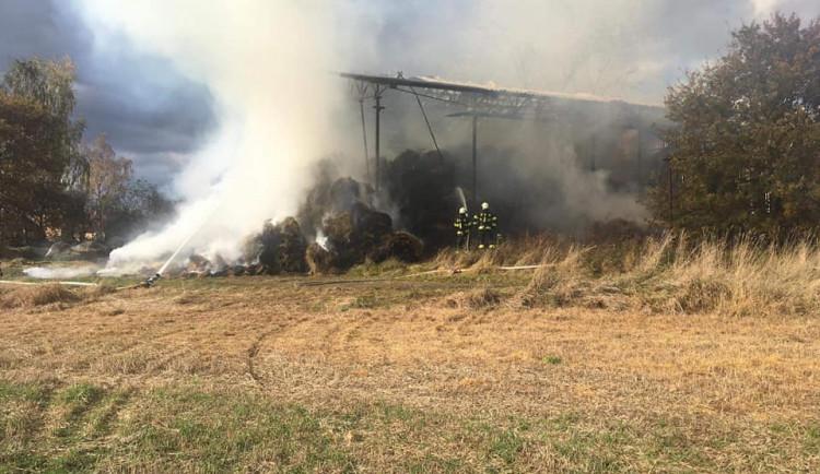 V Mazelově hoří sklad sena, hasiči tam budou zasahovat celou noc