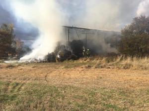 V Mazelově hořel sklad sena, hasiči tam zasahovali celou noc