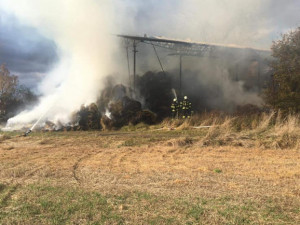 Požár v Mazelově vyšetřuje policie. Sklad sena někdo zapálil