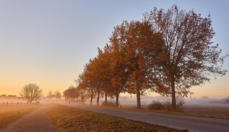 Mlhy, mokré silnice a námraza. Policisté varují před podzimním počasím