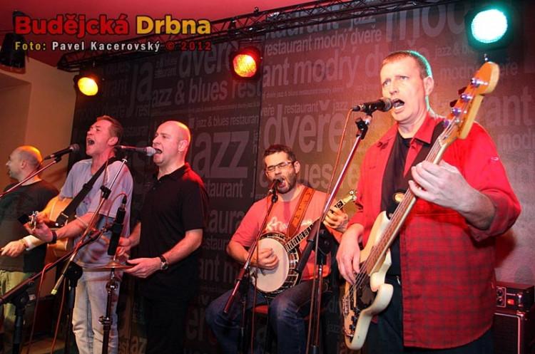 Koncert Děda Mládek Illegal Bandu v Modrých dveřích