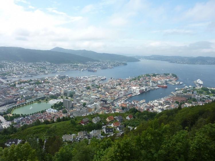 Epizoda 1 - Bergen: Pohled z hory Floyen na historickou část Bergenu