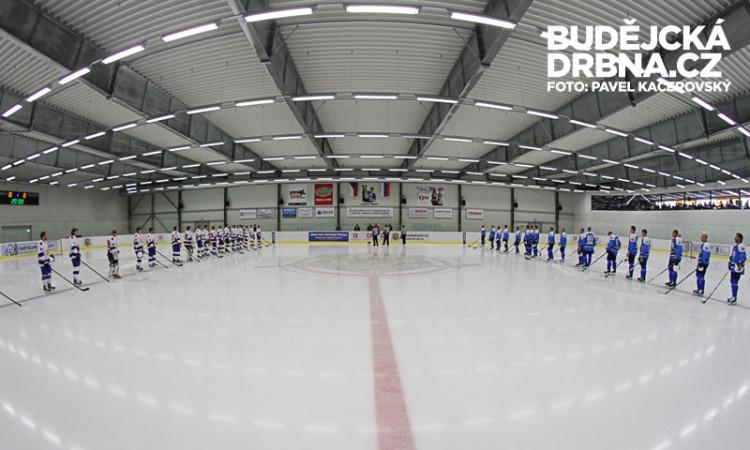 Nástup před mezinárodním zápasem v Hokejovém Centru Pouzar