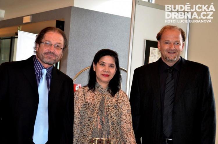 Doteky Indonésie v RRC - Ambassadorka Indonésie Emeria W. Siregard, Jindřich Soukal a Steve Lichtag