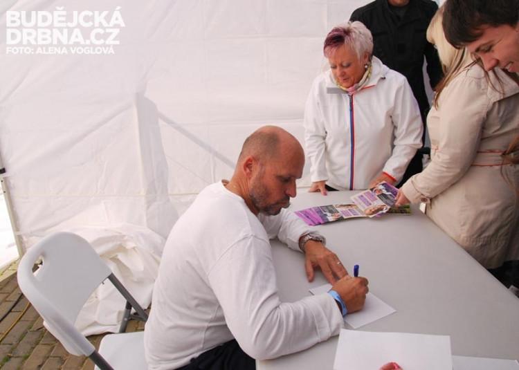 Zdeněk přes hodinu rozdával autogramy