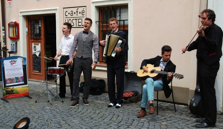 U Café hostelu se hrálo nejdřív venku. Déšt pak zahnal skupinu pod střechu
