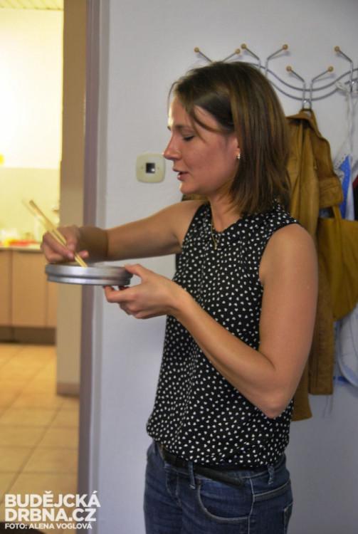 Petra Šimková, která se podílela na pořádání Korejského večera, zkoušela jíst nudle tyčkami