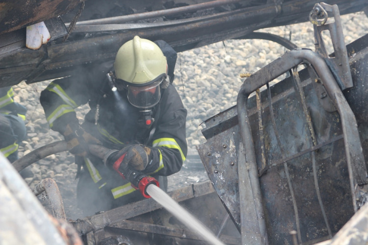 Zásah hasičů u nehody autobusu poblíž Plané