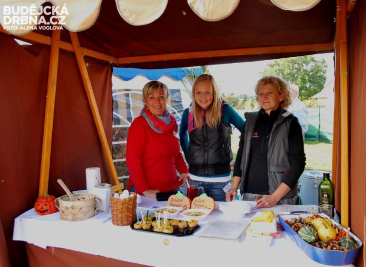 Bříško zahřály skvělé dva druhy dýňových polévek, které vařily tyto tři ženy