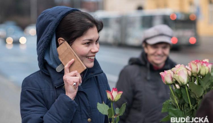 Dopravní podnik rozdával ženám růže k MDŽ
