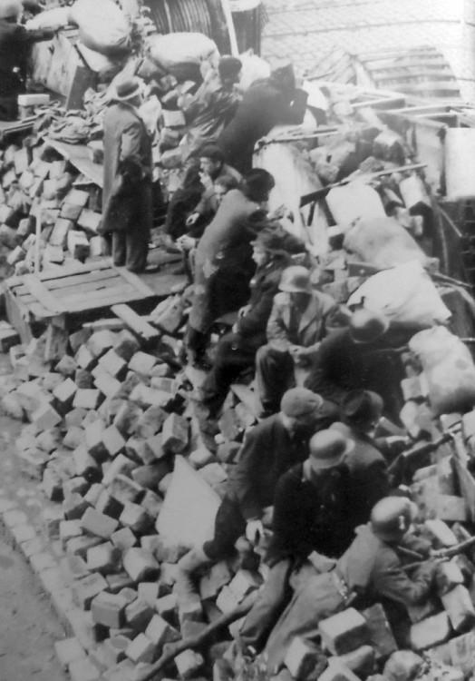 Teprve na pražských barikádách mohli parašutisté z Glucinia bojovat proti okupantům
