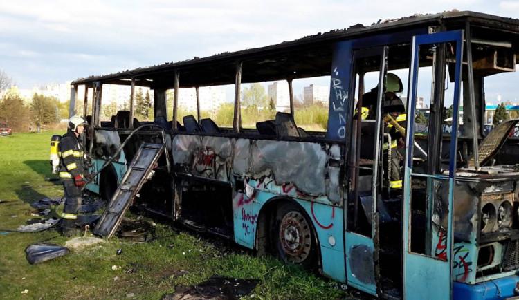 Požár vraku autobusu u Vltavy v Českých Budějovicích