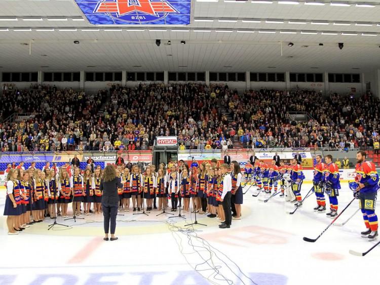 Před začátkem zápasu zpíval hymnu dětský pěvecký sbor Canzonetta