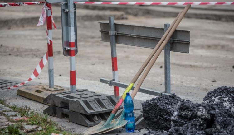 Křižovatka ulic B. Němcové a L. B. Schneidera při uzavírce Lidické třídy