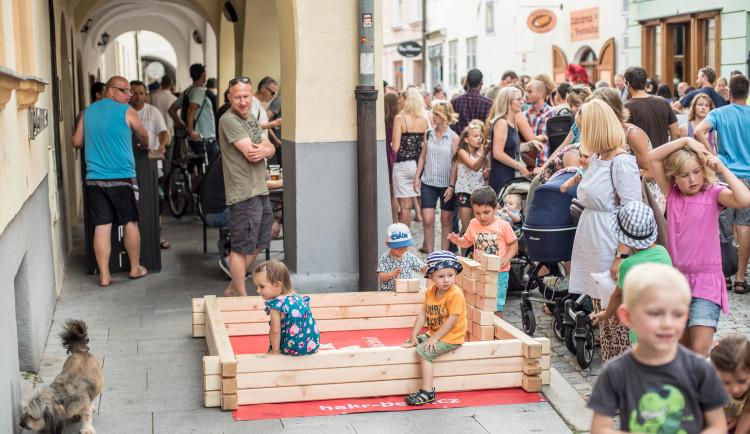 Budějcké ulice oživili pouliční umělci z Čech, ale i Evropy