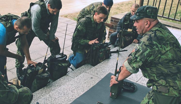 Civilisté si pod dohledem strakonických protiletadlovců vyzkoušeli  vojenský výcvik