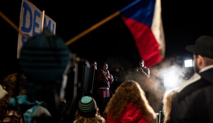 Na Sokolském ostrově se cinkalo klíči. Lidé požadují demisi Andreje Babiše
