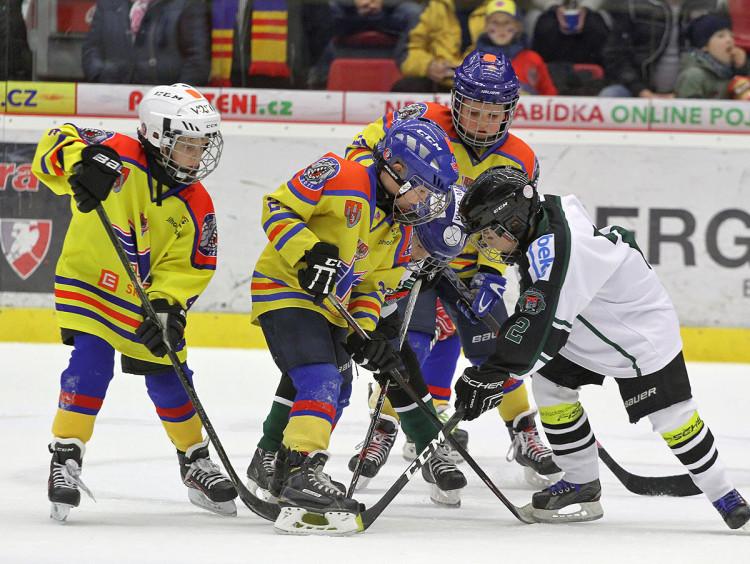 Domácí hokejový potěr tentokrát vyzval v přestávkovém souboji mladíky z Příbrami