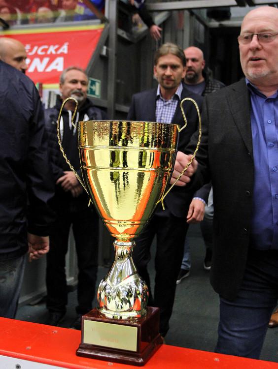 Trofej pro vítěze Chance ligy 2018/2019 s ředitelem druhé nejvyšší domácí hokejové soutěže Pavlem Setikovským