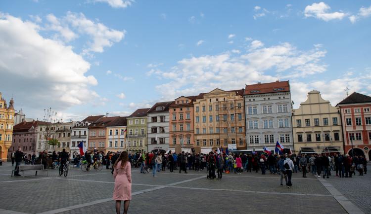 Na náměstí v Budějcích se sešlo několik desítek lidí. Požadují demisi pro Babiše a Benešovou