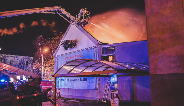 Hoří bývalý Cabaret v Průmyslové ulici. Na místě zasahují hasiči
