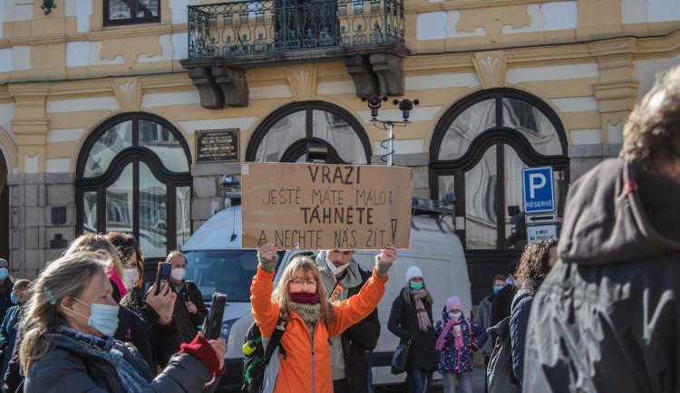 V Písku proti vládě protestovalo pět desítek lidí. Přijel i poslanec Volný