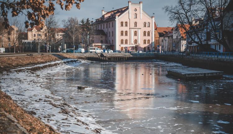 Kvůli opravě Jiráskova jezu muselo Povodí Vltavy snížit hladinu řek ve městě