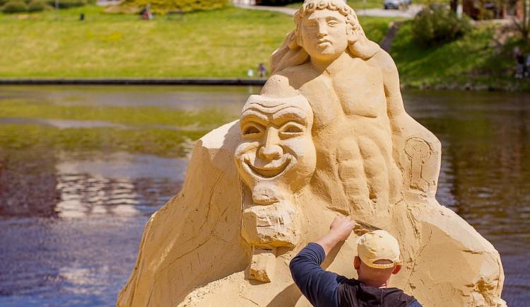 V Písku opět vzniká galerie pod širým nebem. Umělci začali tvořit sochy z písku tento týden