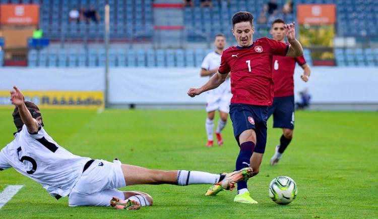 Tomáš Ostrák v souboji o míč.