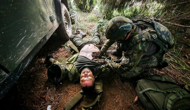 Jeden ze simulovaných incidentů – ošetření zraněného vojáka.